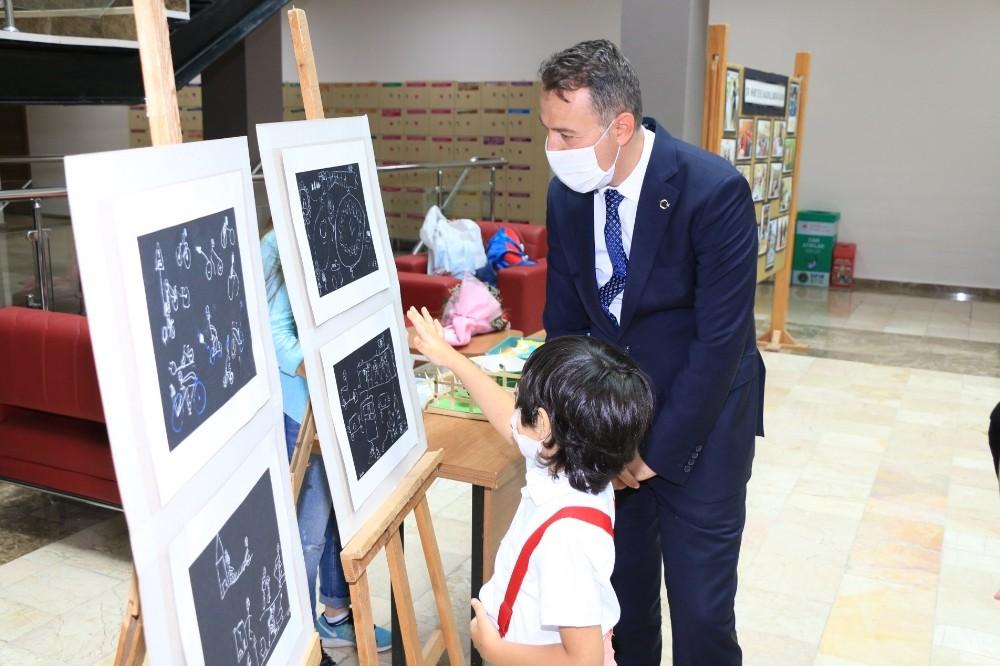 6 yaşındaki Engin'den resim sergisi