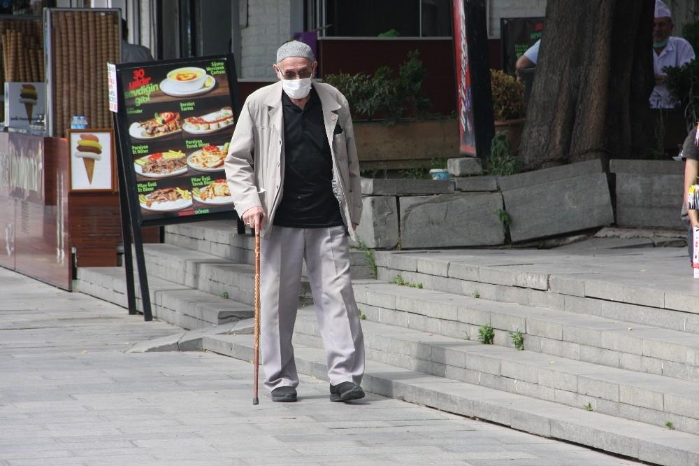 65 yaş üstü vatandaşlar sokağa çıktı