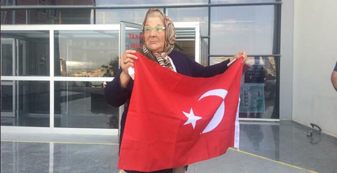 Zeytin Dalı Harekatı'nda 2 askerimizin şehit olduğu olaya karışan, 9 PKK'lı teröristin adliyeye getirilişi sırasında 70 yaşındaki Fatma İzzettinoğlu Türk bayrağı...