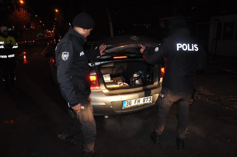 700 kişiyi zehirleyecek uyuşturucuyu bağırsaklarında sakladılar