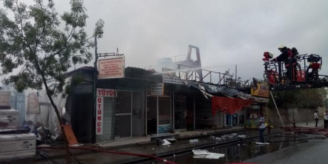 Ümraniye'de yapı market malzemeleri deposunda büyük yangın