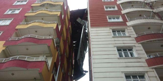 Şiddetli rüzgar apartman çatısını uçurdu
