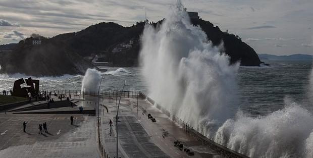 9 metrelik dalgalar görenleri şaşırttı