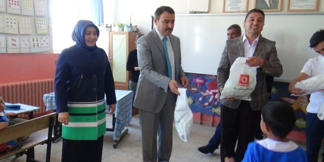 Ağrı'da 500 öğrenciye kıyafet yardımı yapıldı