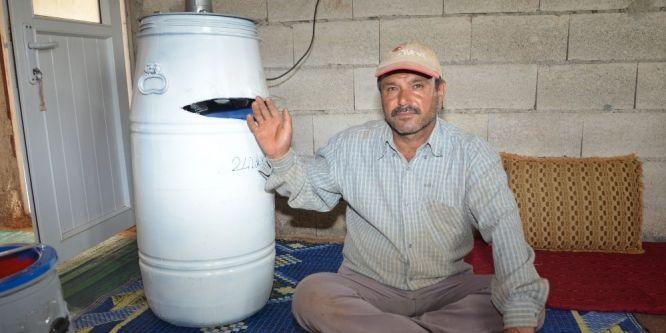 Tarım işçileri elektrikli süpürge ve fıçıdan klima yaptı
