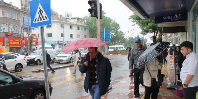 Aniden bastıran yağmur hayatı olumsuz etkiledi