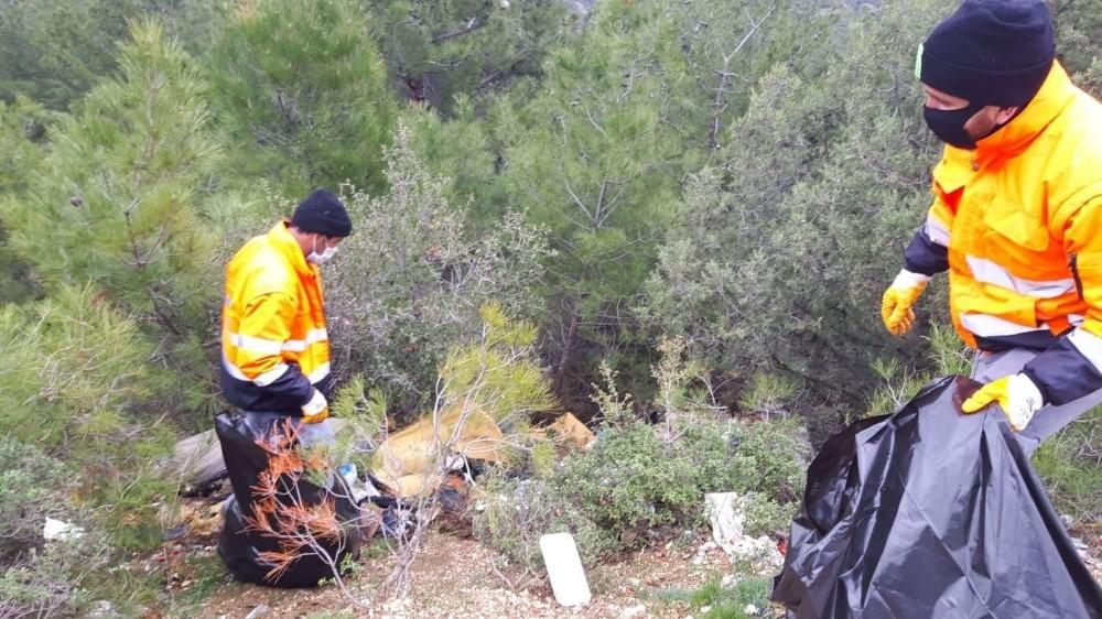 Abbaslık Köy yolunda belediye ekipleri 1 kamyon atık topladı
