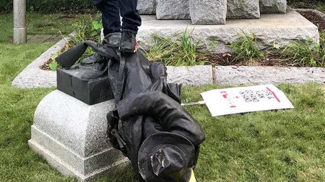 ABD'de heykel savaşları! Bir bir yıkılıyorlar...