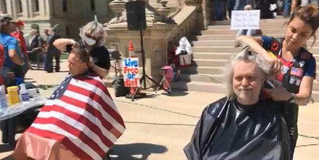 ABD'de ilginç protesto: Valilik binası önünde tıraş oldular