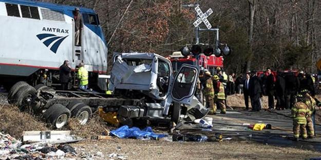ABD'de vekilleri taşıyan tren kaza yaptı
