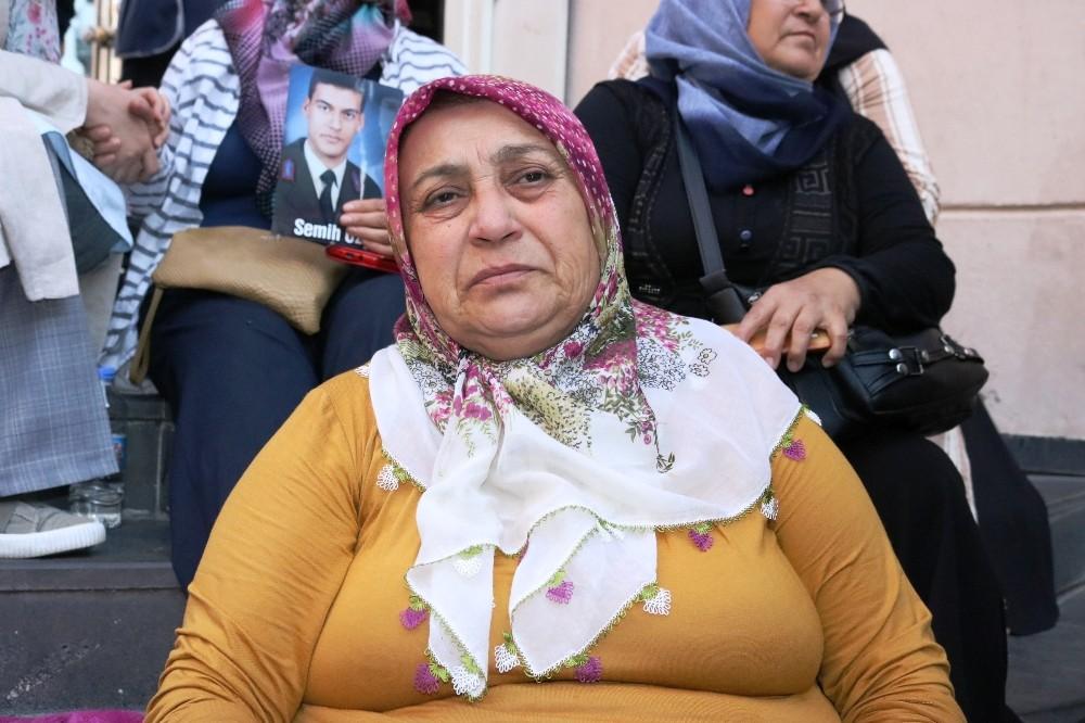 Acılı anne HDP önündeki eyleme Yıldız hemşireyle katıldı