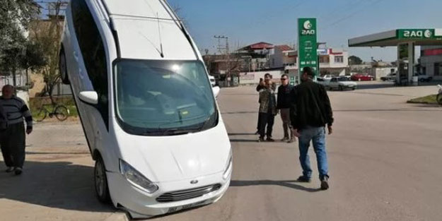 Adana'da ambulansın çarptığı araç, telefon direğinin halatında asılı kaldı