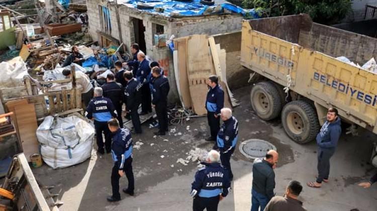 Adana'da evindeki çöpleri vermemek için barikat kurdu