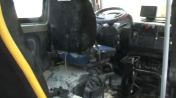 Adana'da hareket halindeki dolmuş yandı