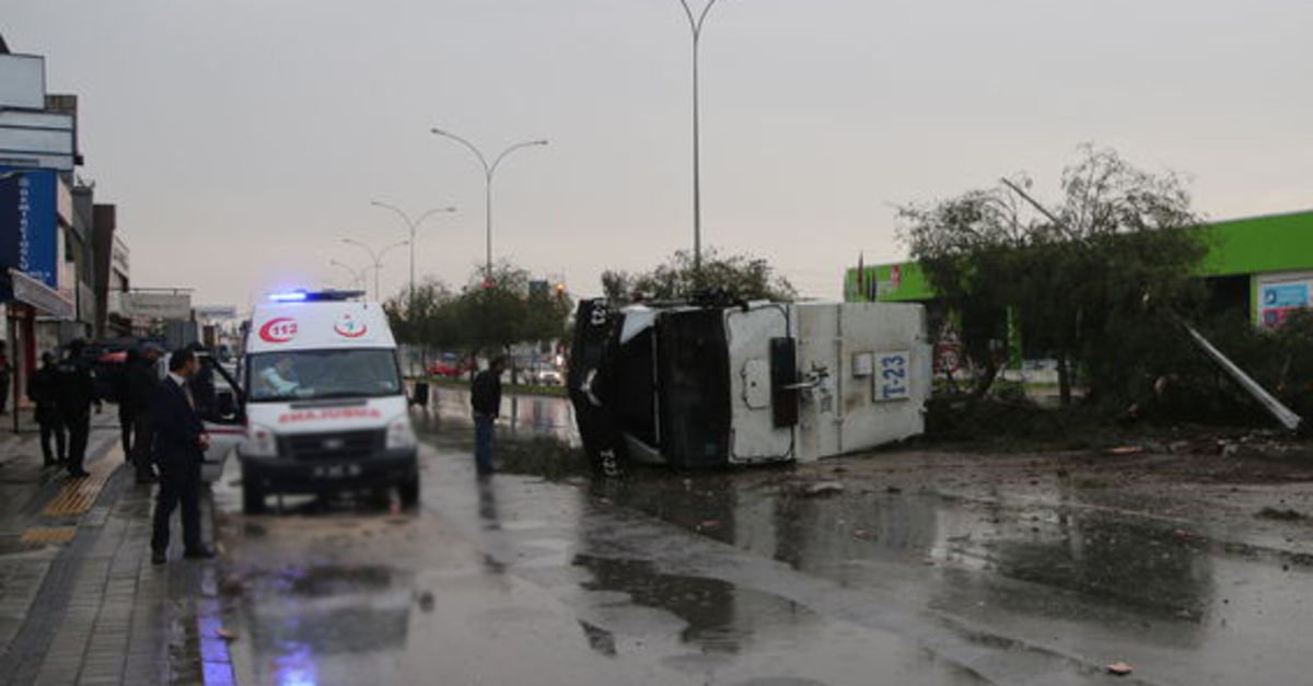 Adana'da TOMA devrildi: 2 polis yaralı