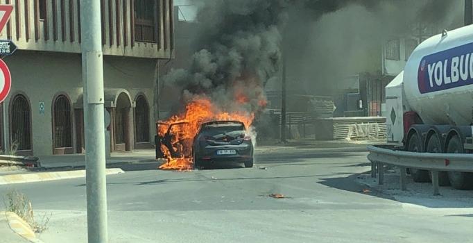 Adapazarı'nda otomobil, yolun ortasında alev alev yandı