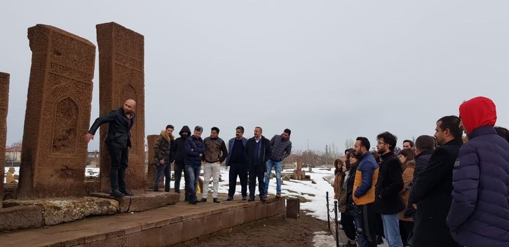 Aday öğretmenlere Ahlat'ın tarihi mekanları gezdirildi