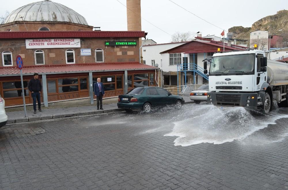 Adilcevaz'da cadde ve sokaklar ilaçlı suyla yıkandı