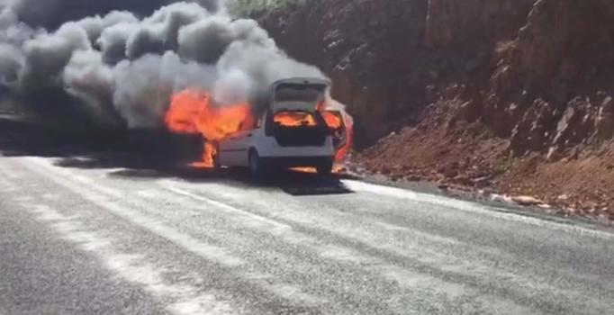 Adıyaman'da seyir halindeki otomobil alev alev yandı