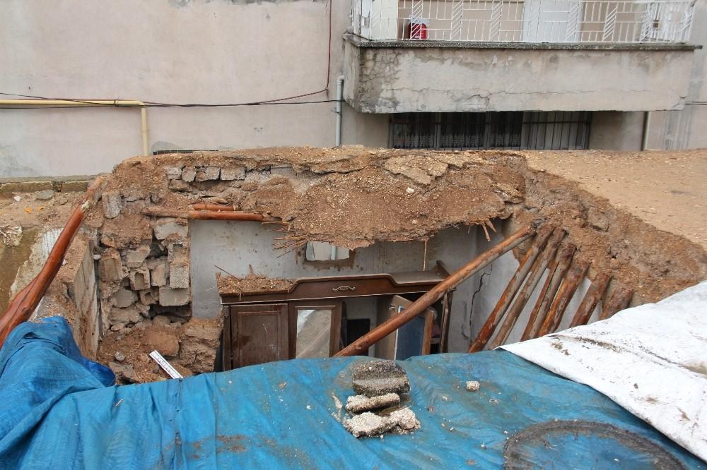 Adıyaman'da toprak ev yağmurdan çöktü