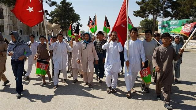 Afganistan'da yüzler Türkiye için meydanlara indi