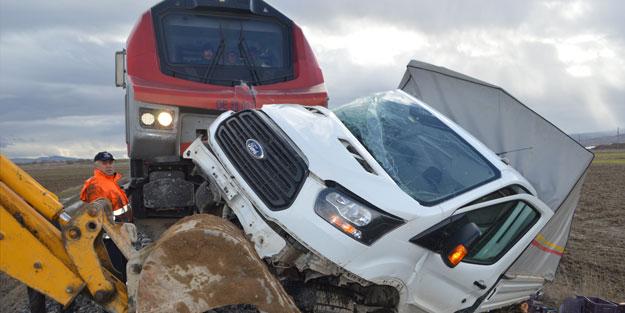 Afyonkarahisar'da kamyonete yük treni çarptı: 1 yaralı