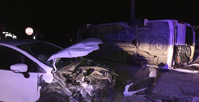 Afyonkarahisar'da otomobil ve minibüs çarpıştı: 17 kişi yaralandı