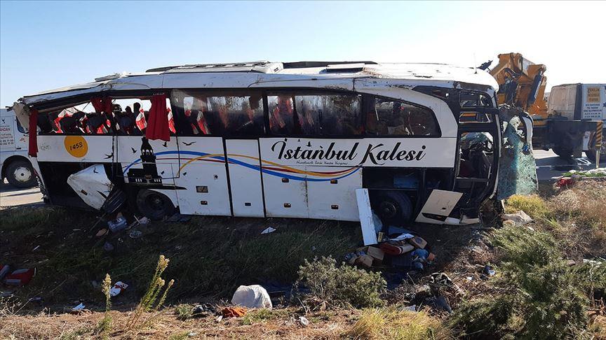 Afyonkarahisar'da yolcu otobüsü devrildi: 1 ölü, 40 yaralı olduğu bildirildi