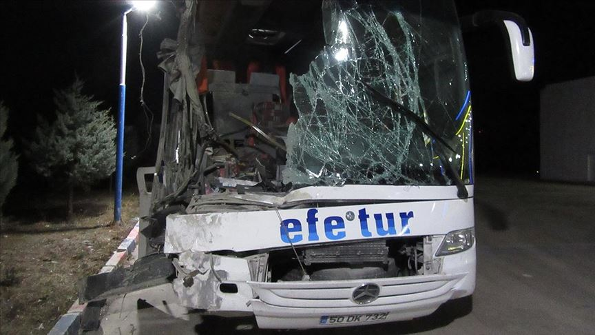 Afyonkarahisar'da yolcu otobüsü ile kamyon çarpıştı: 10 yaralı