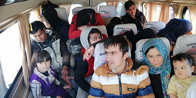 Ağaçlık alana saklanan onlarca göçmen jandarmadan kaçamadı