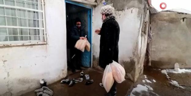 Ağrı Belediye Başkanı Savcı Sayan kapı kapı dolaşıp yardım dağıttı