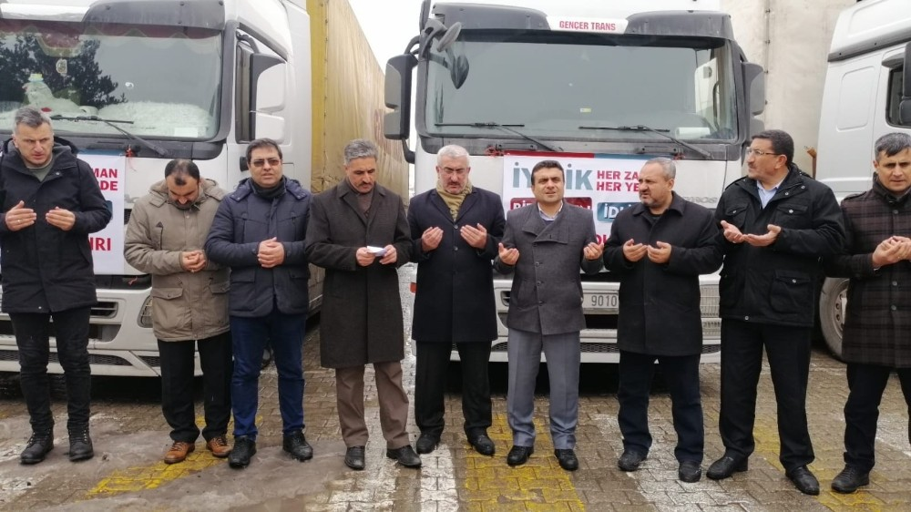 Ahlat'tan Suriye sınırına 3 tır briket yardımı