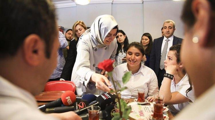 Aile ve Sosyal Politikalar Bakanı Kaya'dan engellilere çay servisi