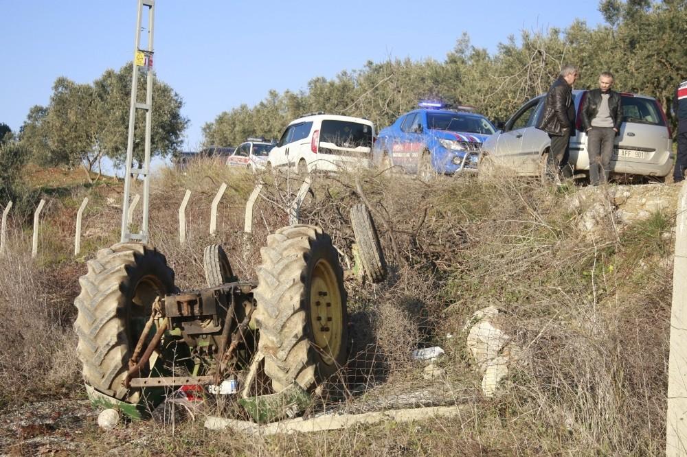 Ailesi onu arıyordu...Şarampole yuvarlanan traktöründe ölü bulundu