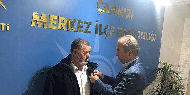 AK Partili başkandan Türk Bayrağı rozeti uygulaması