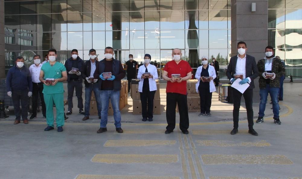 AK Parti'li Baybatur'dan korona savaşçılarına çilekli teşekkür