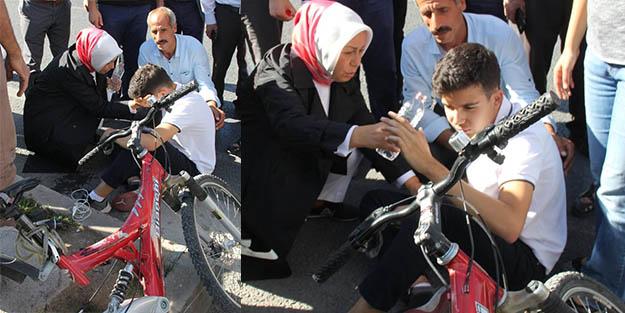 AK Partili Çalık, trafik kazası geçiren çocuğu böyle sakinleştirdi