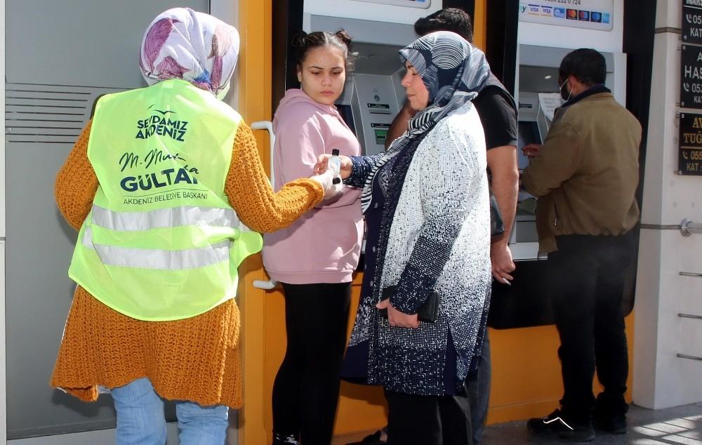 Akdeniz Belediyesi vatandaşlara dezenfektan dağıttı