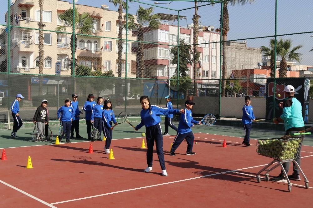 Akdeniz Belediyesi'nin tenis ve basketbol kurslarına yoğun ilgi