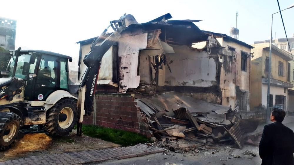 Akdeniz ilçesinde metruk binaların yıkımı sürüyor