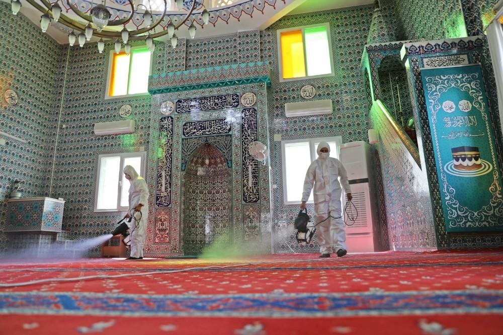 Akhisar Belediyesi ibadete açılacak camileri dezenfekte ediyor