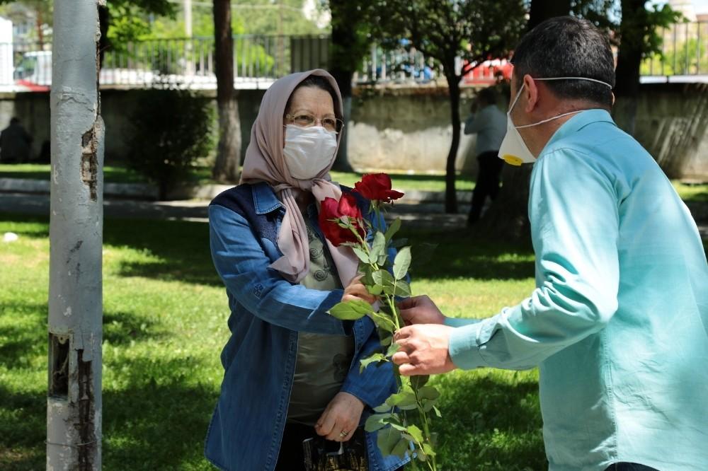 Akhisar Belediyesi sokaklardaki 65 yaş ve üzeri anneleri unutmadı