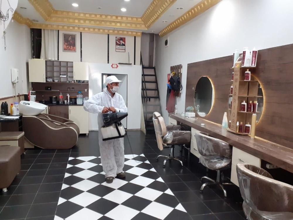 Akhisar Belediyesi'nin, berber ve kuaförlerdeki dezenfekte işlemi devam ediyor