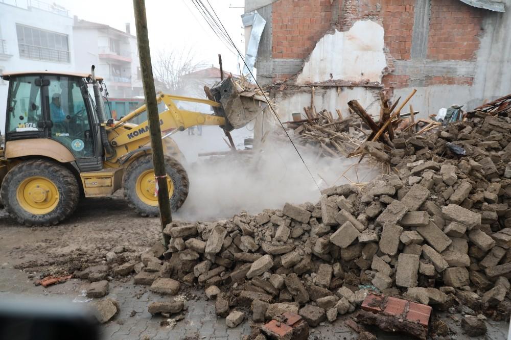 Akhisar'da hasarlı binaların yıkımı devam ediyor