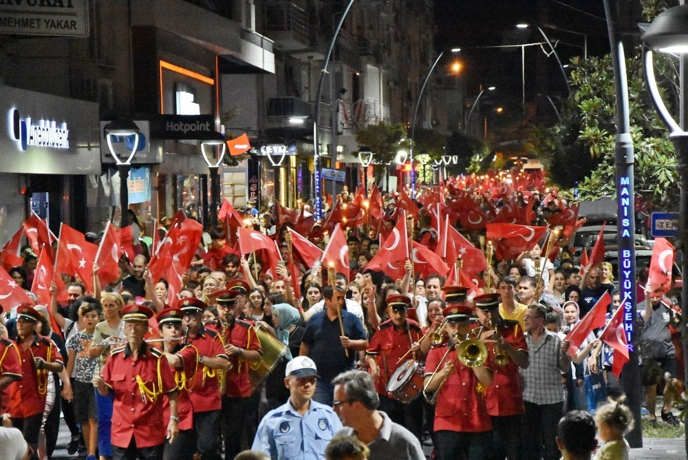 Akhisar'da 'Zafer' gecesi fener alayı ile aydınlandı