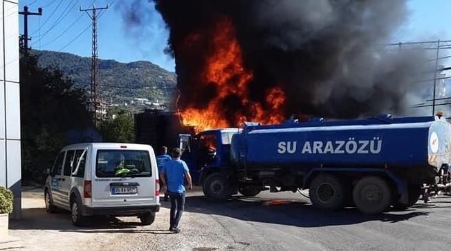 Alanya'da plastik kasa fabrikasında yangın paniği