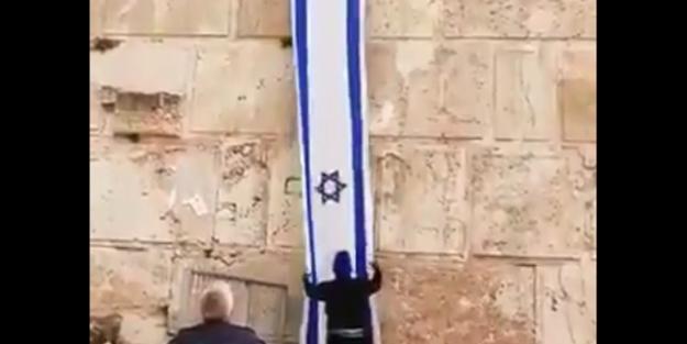 Alçak siyonistler kutsal mabede bayraklarını astılar!