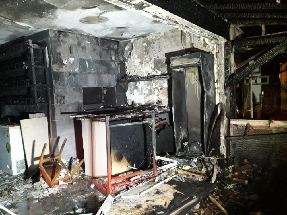 Alev alev yanan dükkan küle döndü