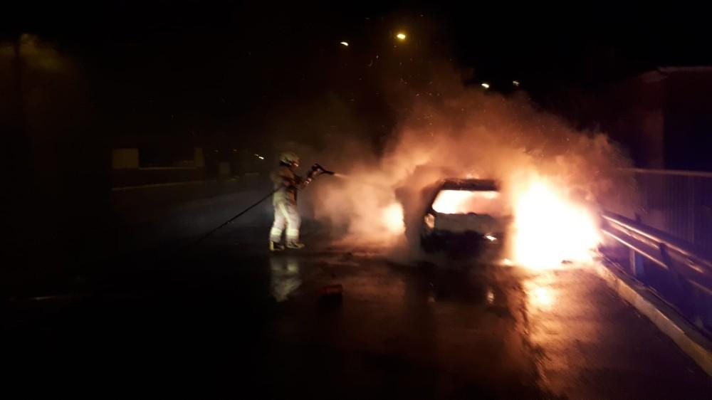 Alev topuna dönen otomobilden sürücüyü itfaiye çıkarttı