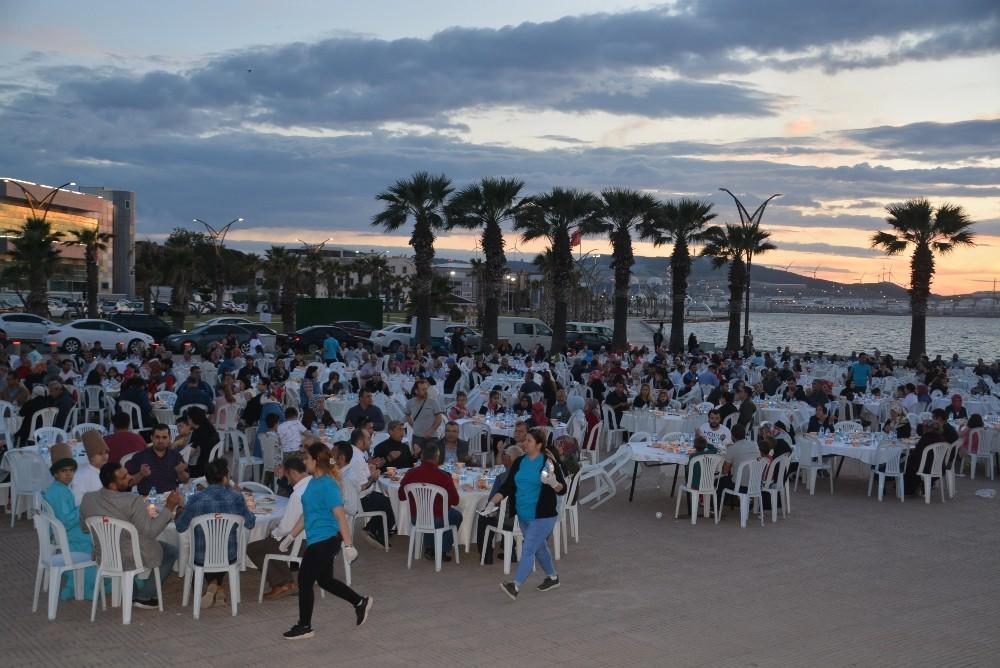 Aliağa'da 'Gönül Sofrası' iftarı